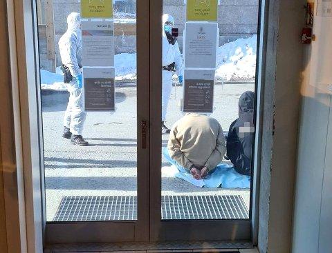 PÅGREPET: Her sitter de to mennene etter at de ble pågrepet utenfor lensmannskontoret. Foto: Politiet