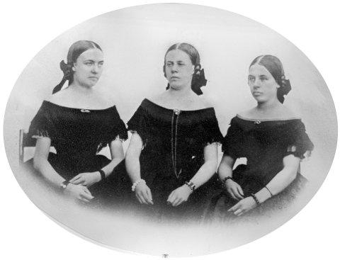 VOKTET AV SIN FAR: Mjøsmuseet oppgir at dette er et fotografi av søstrene på Stenberg gård. Fra venstre  Amalia, Bolly og Nahyda Weidemann. Ingen av de tre giftet seg.