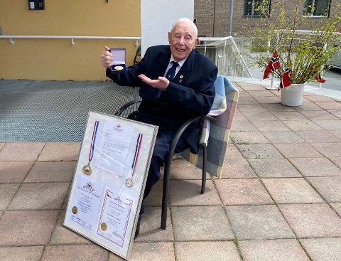 Det var en tydelig rørt hundreåring som mottok minnesmedaljen for sin deltakelse under krigen.