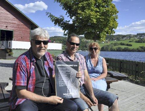 Sommerjazz: Leder Tore Pettersen (fra venstre), bookingansvarlig Ulf Ergo og presseansvarlig Marianne Vinger i Hadeland jazzforum byr på sommerjazz i Røykenvika. Foto: Annika Birkelund
