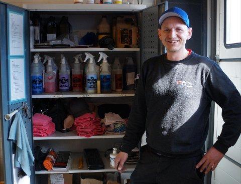 REN OG PEN: Klargjøre Jon Anders Hvinden med det som som skal til for å gjøre nye og brukte biler rene og pene innvendig som utvendig.