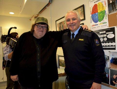 DIREKTØREN OG STJERNA: Michael Moore poserer sammen med direktør Are Høidal i Halden fengsel under innspillingen av «Where to Invade Next» i fjor.Foto: Privat