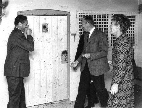 Bak lås og slå: Munter stemning i husvillarresten etter at ordfører Arne Fredriksen (til venstre), overbetjent Gunnar Korum og justisminister Inger Louise Valle ble låst inne på cella.