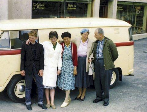 PÅ REKKE OG RAD: Samling ved butikkens varebil, en Rapid. Fra venstre: Tor Magne Fiskåen, Astrid Skeisvoll, Sofie Bang, Erna Skogland og Bjarne Skogland. Bildet er tatt tidlig 1960-tall. Foto: Privat