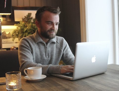 Jobb på kafe: Jim S. Hansen reiser mye, og har ofte jobbet med prosjekter på mac'en på kafeer og flyplasser rundt om i Norge og andre land. foto: Benedicte Wærstad