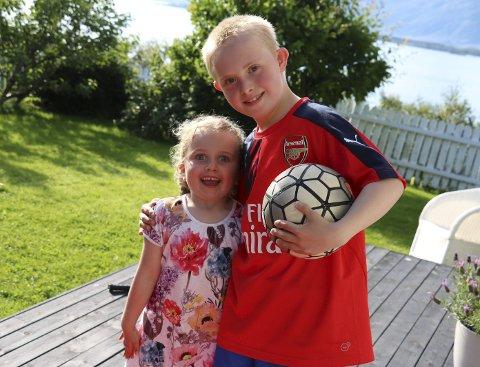 Fotball: Erlend trener fotball hver eneste ettermiddag i Ura. Nå håper han å få et eget lag å spille på. Her sammen med lillesøster Signe Lovise. Foto: Jill-Mari Erichsen
