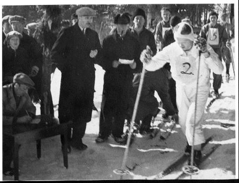 Det første rennet gikk i 1935 og her er et bilde fra tidlige år. Vi ser skriver Olaf Haugen, Norvald Sjåvik (med stoppeklokke, Oddgeir Slettbakk (med ark), startnummer 2 John Fiplingdal og startnummerr 5 Erling Paulsen.