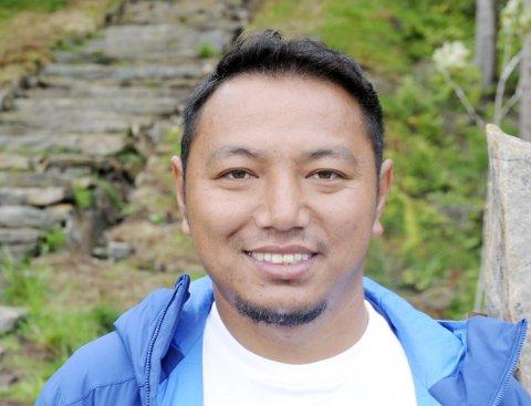 Nima Nuru Sherpa 32 år, men egentlig 30. Forlovet. Steinarbeider. Bor i Khunde i Nepal.