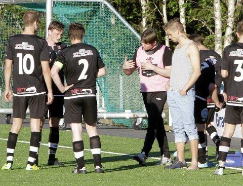 TRENER: Herøy/Dønna-trener Dagfinn Ness Andreassen i peptalk under kampen mot Grane på Vegset stadion i 2014.  Foto: Per Vikan