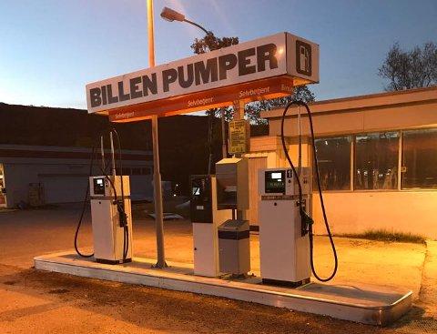 YNDET MOTIV: Disse bensinpumpene i Billefjord har blitt et yndet motiv for turister fr Nederland. Leser du saken, finner du ut hvorfor.