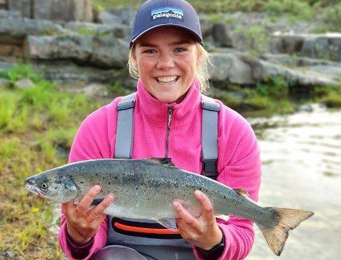 FØRSTE LAKS:  Lena romsdal Moe (24) fra Alta dro på land sin aller første laks med fluestang i elva i Vestre Jakobselv denne uken.