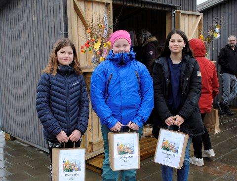 FORNØYD: Christine Hoem (f.v), Helene Tuset og Klara Grande er fornøyde med å få aktivitetspakker fra kirkene i Inderøy.
