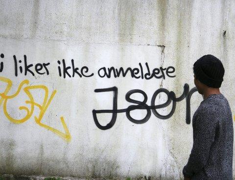 """""""Vi liker ikke anmeldere"""" og """"Json"""" er tagget på baksiden av paviljongen i Hagemann."""