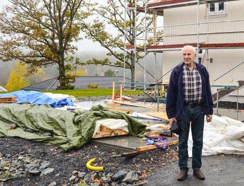 Thor Rinde og sønnen Olaf har planer om flere boliger på eiendommen. Her er Thor Rinde tidligere fotografert på den delen av eiendommen som allerede er under utbygging.