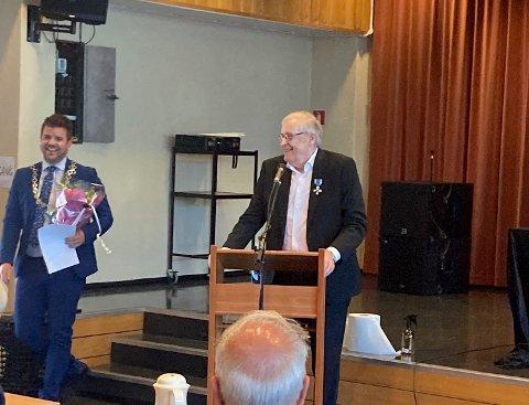 Ordførar Hans Inge Myrvold overrekte både blomar, diplom og medalje til Torleif J. Hellesøy for si lange teneste i politikken.