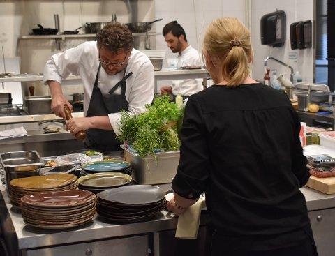 FØR KORONA: Restauranteier og kokk, Per Ingar Lien, hadde hektiske dager på Jordnær før korona-viruset traff for fullt og restauranten måtte stenge midlertidig. Fredag åpnet de igjen, i begynnelsen kun for forhåndsreserverte kunder.