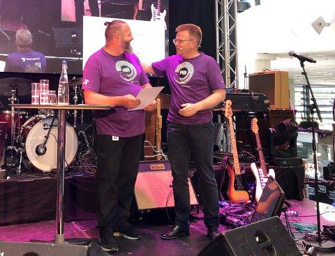Gunstein Holth fikk en flott påskjønnelse av Terje Eiken i TechnipFMC før han gikk ut i ferie fredag, på et allmøte med over tusen ansatte i Midgard-bygget.