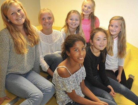 Misfornøyd: Tomine, Alexandra og Viktoria (nederst), Mathea, Tuva, Cornelia og Vilde (øverst) synes politikerne har gjort et dårlig valg ved å kutte leirskolen.