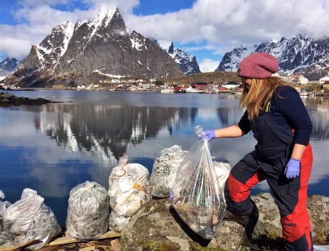 Runhild Olsen avbildet da hun ryddet i fjæra på Reine våren 2016. Da ryddet dugnadsgjengen i Moskenes 330 sekker søppel totalt.