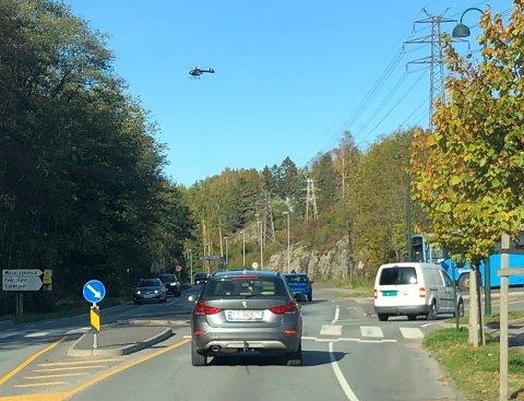 Det var flere som tipset avisen om at forsvarets Bell helikopter hang lavt over området nord i Moss mandag ettermiddag.