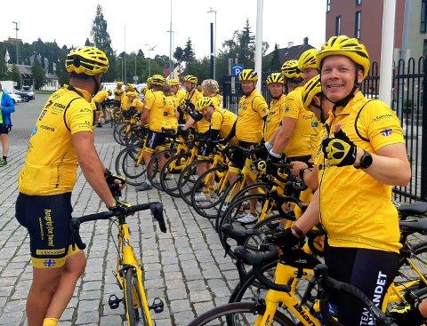 SYKLER FOR EN GOD SAK: Stephan Schüler fra Namsos har i ni dager syklet 1.000 kilometer for barnekreftsaken som en del av veldedighetssykkellaget Team Rynkeby.
