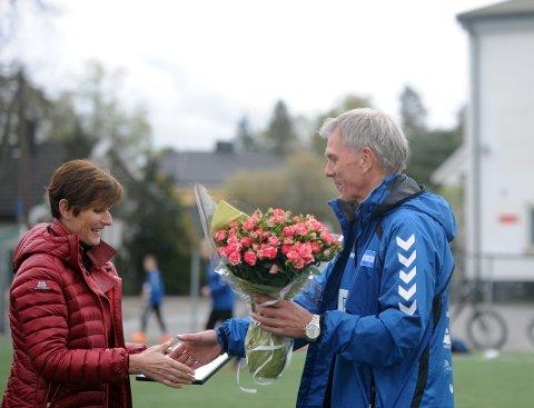 MOTTOK: Leder av fotballgruppa, Thor Einar Andresen mottok prisen av Lions president Anne Fagereng Wessel.