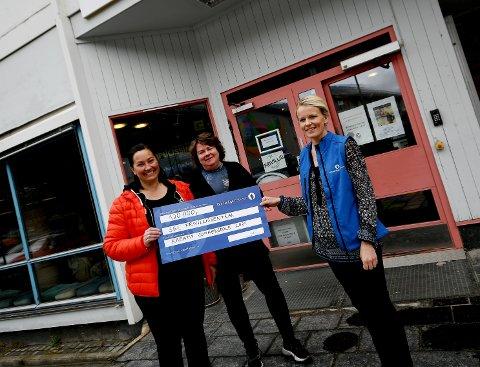 Jertru Stallvik og Elisabeth Vollen Randen fikk beviset på tildelingen fra kundevalgt i Gjensidigestiftelsen Ingrid Storvik.