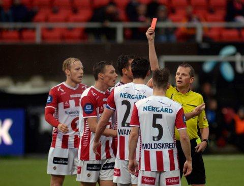 Tromsøs  Simen Wangberg får rødt kort av dommeren i kampen Tromsø IL-Strømsgodset på Alfheim Stadion søndag ettermiddag. Kampen endte 0-6.  Foto: Rune Stoltz Bertinussen / NTB scanpix