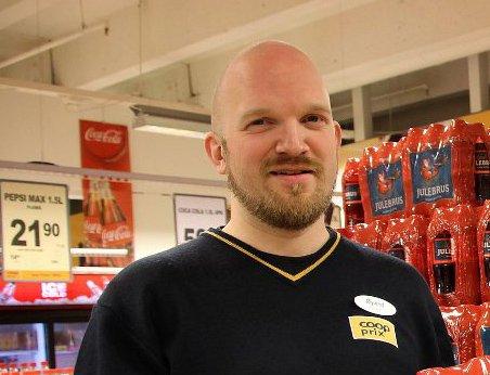 SPENT PÅ RESPONS: Butikksjef på Coop Extra Kroken, Øyvind Nøstmyr sier han er spent på tilbakemeldingene. Kjeden tester nå ut det sunne alternativet til smågodt på butikken. Om det blir suksess, kan flere butikker følge etter, opplyses det.