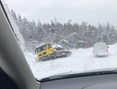 DÅRLIG FØRE: En av to bergingsbiler som havnet i grøfta langs Lillehammervegen i Torpa.