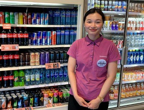 BRUSTØRSTE KUNDER: Kjøpmann i Narvesen-kiosken i Ski sentrum, Minh Ngyuen, foran hylla som inneholder det som har solgt mest i dag - nemlig brus og andre drikkevarer.