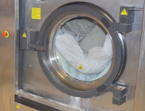 HVITVASKING: Dersom man må vaske hvitt tøy, så sjekk først om vannet i springen er brunt. Det kan det nemlig bli når kommunen skal legge om en av hovedvannledningene i helgen.