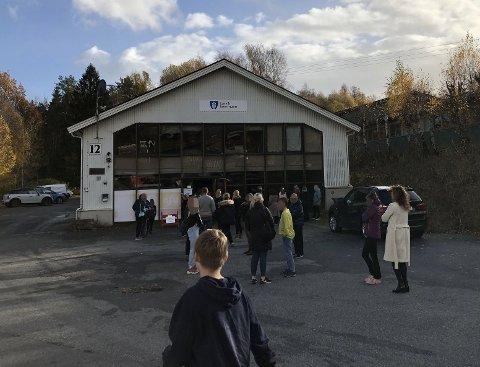 MÅ TESTES: 108 elever og 17 lærere er satt i karantene og må koronatestes. Allerede onsdag formiddag sto flere personer i kø foran det nye testsenteret på Gjærdal. (Leserfoto)
