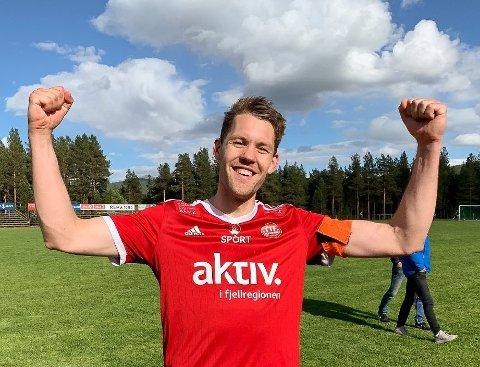 FORTSATT TABELLTOPP: Tynsets kaptein, Henning Røe, kan juble over fortsatt tabelltopp for Tynset etter at seieren ble sikret på overtid.