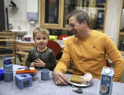 GOD STEMNING: Det er mye smil og latter i Ydalir barnehage i Elverum. Pedagogisk leder Morten Lenes er da også god kompis med Birk Floden (3).