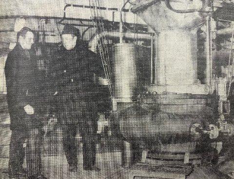 KOKER FLIS OG LUT: Beholderne som tar 90 kubikkmeter hver, og som brukes til å koke blandingen av flis og lut i. Fabrikkbestyrer Heiberg og produksjonssjef Berggren.