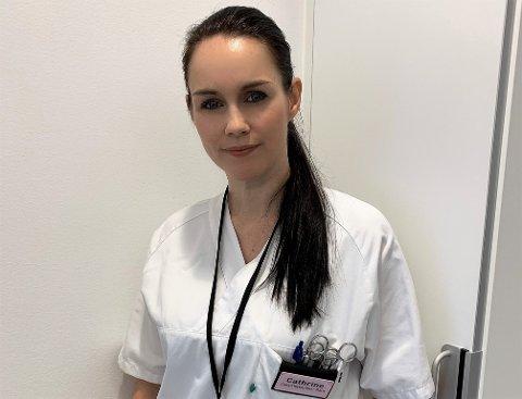 HEKTISKE DAGER: Som sykepleier på Kalnes er det travle dager for Fredrikstad-artist Cathrine Iversen.