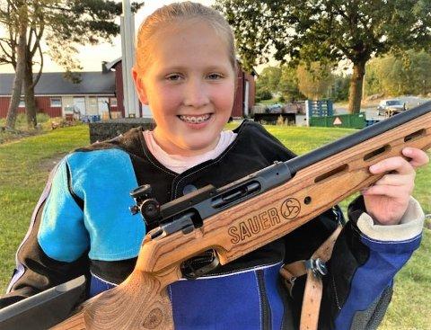 GLAD OG STOLT: Silje Malene Fredriksen (12) smiler bredt etter sin overlegne seier i rekruttklassen i helgens samlagsstevne på hjemmebanen i Degernes.