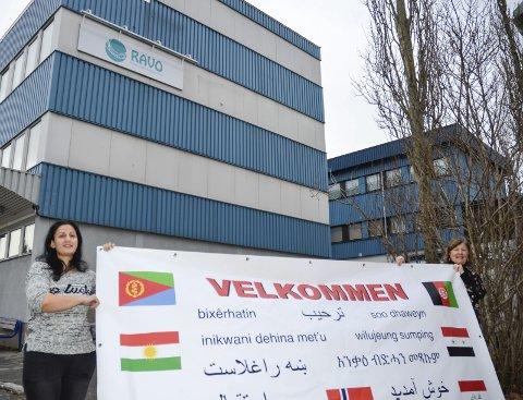 Velkommen: På 17 forskjellige språk ønsker RAVO, her representert ved elev Mahasin Alali fra Syria og lærer Torill Døhl, velkommen til åpen dag. Foto: Toril S. Alfsvåg