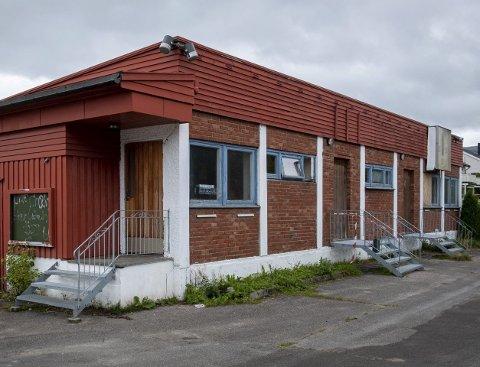 Det gamle garderobebygget på Sagbakken Stadion skal endelig rives. Det har stått tomt i mer enn en tiår.