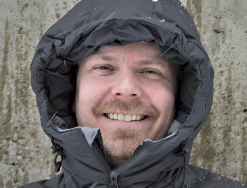 STOLTHET OG SMIL: Vi ser ofte Frode Berg med en alvorlig mine. Han føler med de som er rammet på ulike vis, de som har mistet noen eller er rammet som arbeidstakere eller næringsdrivende. Men smilet og humoren sitter også løst hos kommuneoverlegen som har blitt Rana-patriot det siste året.