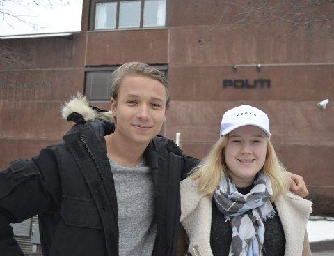 Togsjef Johannes Banggren (18) og president Synne Strømmen (18) fra russestyret på RIngerike videregående Skole ønsker et godt forhold til politiet.