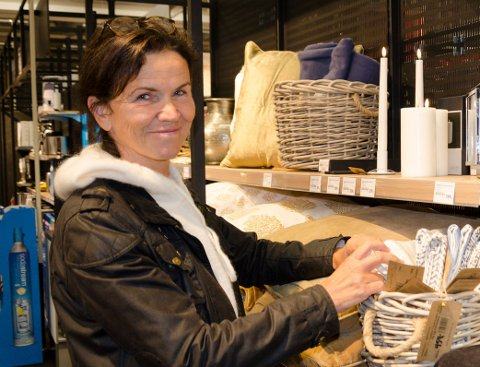 VELDIG FORNØYD: Trude Berg Hauge synes den nye Jernia-butikken er blitt fantastisk. Hun er veldig godt fornøyd med både vareutvalg og service.