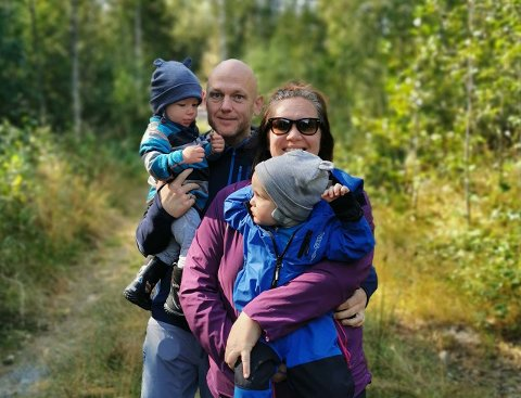 MÅ HUSKE: – Vi må huske å fortelle nye generasjoner om det som skjedde for 10 år siden, sier Ann Helen Løstad, her med tvillingene Syver og Ludvig og ektemannen Audun.