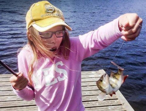 FISKELYKKE: Skrekk og glede hos Julie Holten Thollander på fisketur i Langvannet i Lørenskog. Dette bildet blir premiert som «Ukas bilde» i Romerikes Blads fiskekonkurranse som går gjennom hele sommeren. Alle foto: Privat