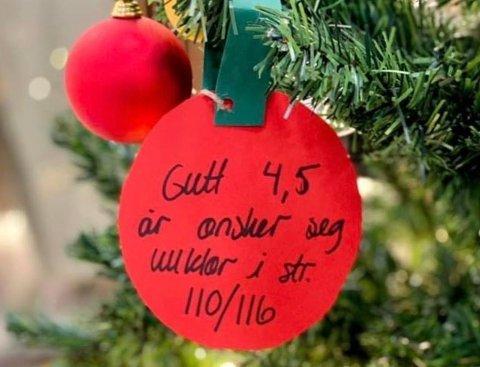 GLEDE ANDRE: Dette er et av ønskene som henger på juletreet på Lillestrøm Torv.