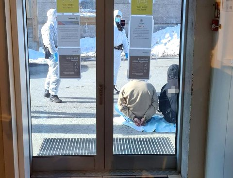 PÅGREPET: Her sitter de to mennene etter at de ble pågrepet utenfor lensmannskontoret.