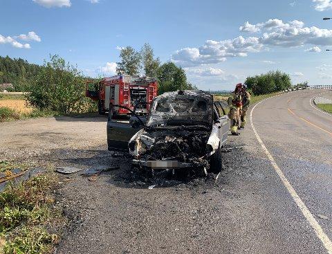 UTBRENT: Bilen er helt utbrent etter brannen søndag ettermiddag.