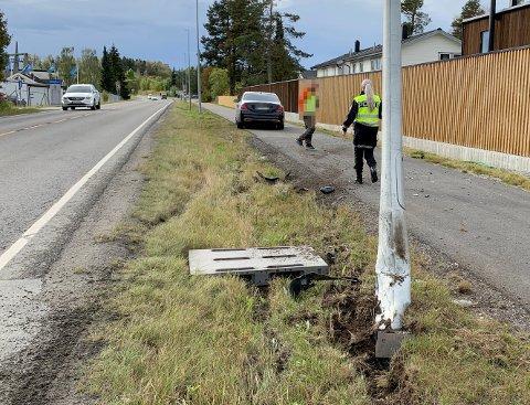 UTFORKJØRING: En mann i 30-årene mistenkes for kjøring i påvirket tilstand etter at han kjørte av veien og inn i en lyktestolpe torsdag ettermiddag.