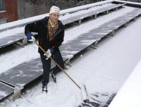 Slipper lyset til: Når Per Urdahl fra entreprenøren Solel AS koster de nylagte solcellepanelene på taket på Bråset Bo- og Omsorgssenter, gir det utslag på målerpanelet – også en snøværsdag i desember.